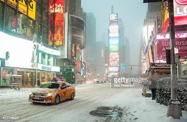 volte quadrato di neve molto forte, 2-3, gennaio 2014 - times square manhattan new york foto e immagini stock