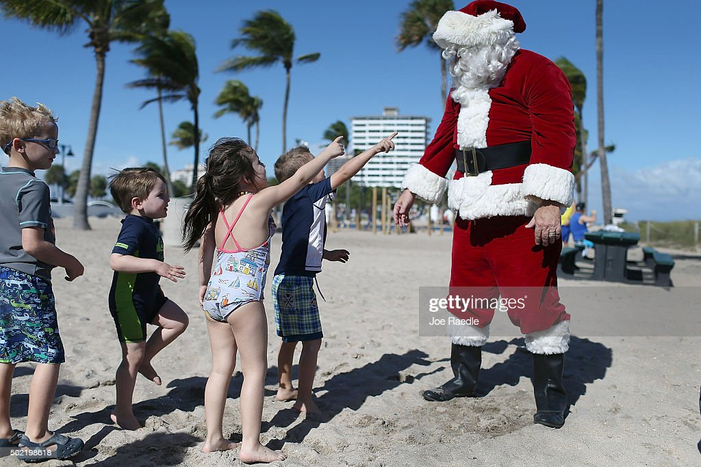 Santa Passes Out Presents On The Beach In Fort Lauderdale, Florida : News Photo