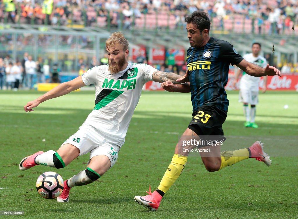 Timo Letschert of US Sassuolo Calcio (L) competes for the ball with Eder Citadin Martins of FC Internazionale Milano during the Serie A match between FC Internazionale and US Sassuolo at Stadio Giuseppe Meazza on May 14, 2017 in Milan, Italy.