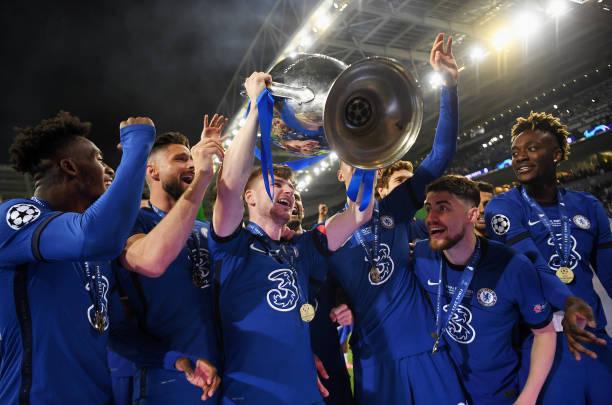 Timo Werner of Chelsea celebrates with the Champions League Trophy alongside Callum Hudson-Odoi, Olivier Giroud, Kai Havertz, Jorginho and Tammy...