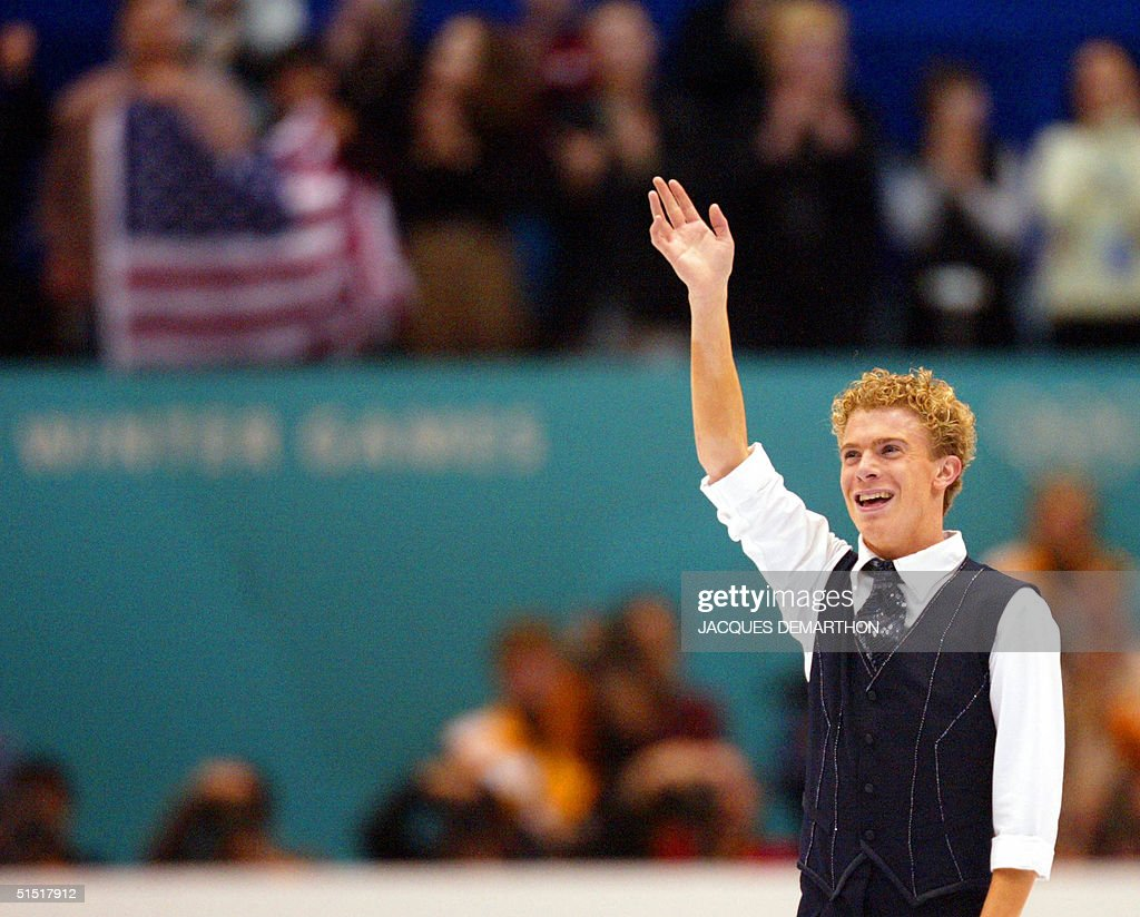 Timothy Goebel of the US waves to the public after : News Photo