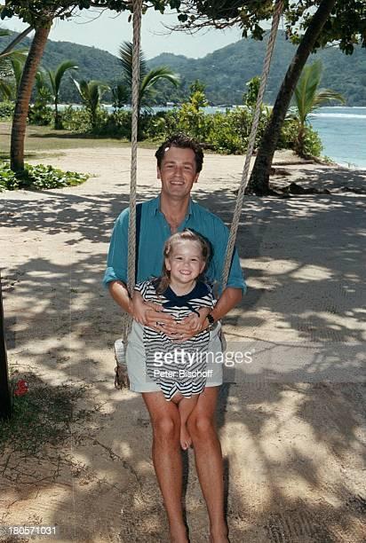 Timothy Peach Tochter Tiffany PaulinaPeach am Rande der Dreharbeiten zur ZDFReihe Traumschiff Folge 38 Seychellen USA Strand SchaukelUrlaub...