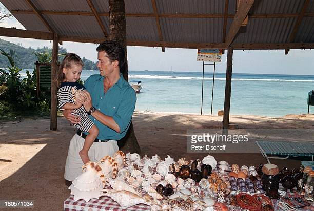 Timothy Peach Tochter Tiffany PaulinaPeach am Rande der Dreharbeiten zur ZDFReihe Traumschiff Folge 38 Seychellen USA Strand MuschelnSchneckenhäuser...