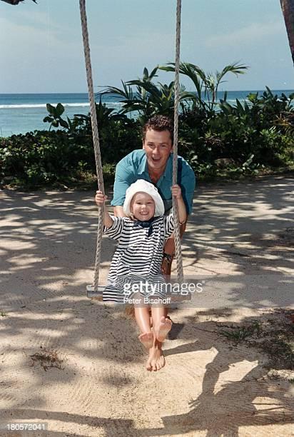 Timothy Peach Tochter Tiffany PaulinaPeach am Rande der Dreharbeiten zur ZDFReihe Traumschiff Folge 38 Seychellen USA Strand Schaukelschaukeln Urlaub...