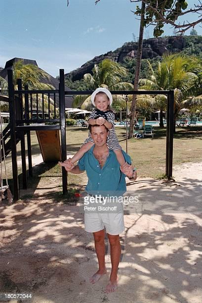 Timothy Peach Tochter Tiffany PaulinaPeach am Rande der Dreharbeiten zur ZDFReihe Traumschiff Folge 38 Seychellen USA HotelParkanlageUrlaub...