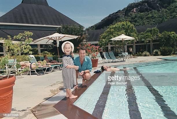 Timothy Peach Tochter Tiffany PaulinaPeach am Rande der Dreharbeiten zur ZDFReihe Traumschiff Folge 38 Seychellen USA SwimmingPool Urlaub Schauspieler