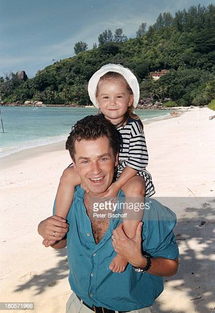 Timothy Peach Tochter Tiffany PaulinaPeacha m Rande der Dreharbeiten zur ZDFReihe Traumschiff Folge 38 Seychellen USA Strand Meer Dschungel Urlaub...