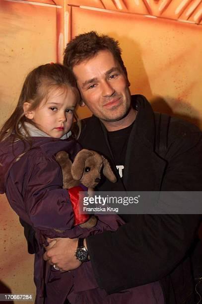 Timothy Peach Und Seine Tochter Tiffany Bei Der Walt Disney Premiere Ein Königreich Für Ein Lama Im Maxx In München Am 130301
