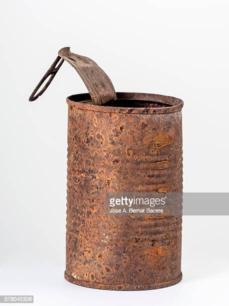 Tin of conserve on a white bottom, ancient oxidized and that has not been recycled