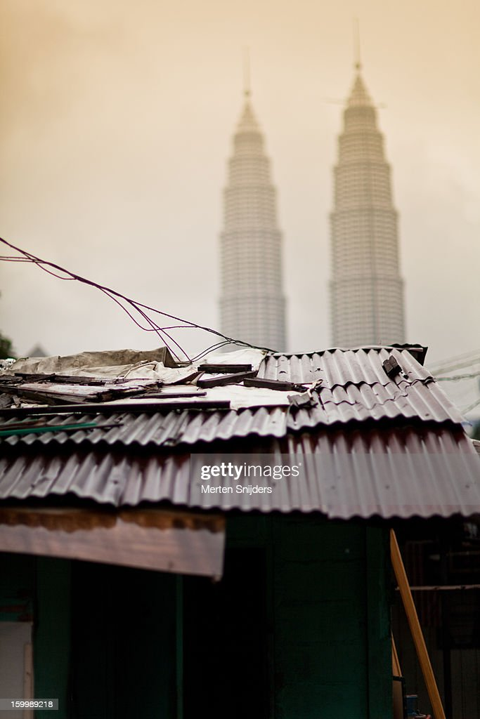 Tin roofs in front of Petronas Towers : Stockfoto