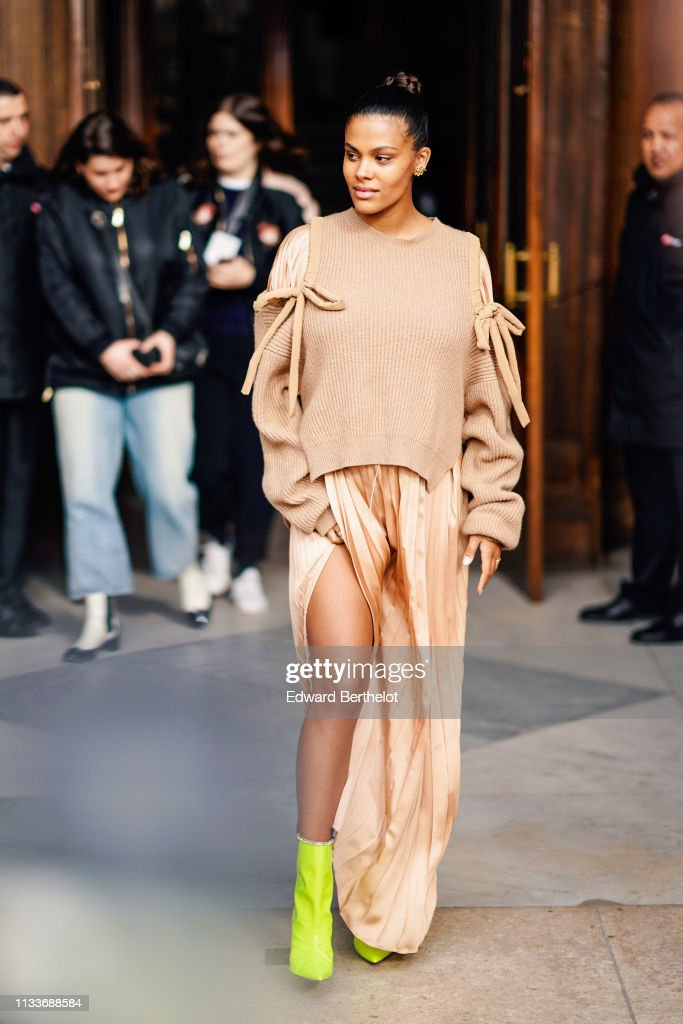 Street Style - Paris Fashion Week Womenswear Fall/Winter 2019/2020 : Day Eight : Photo d'actualité