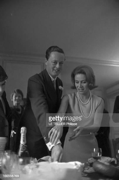 Tina Livanos Marries The Marquis Of Blandford A Paris dans un salon lors de leur mariage la grecque Tina LIVANOS aidant le britannique John marquis...