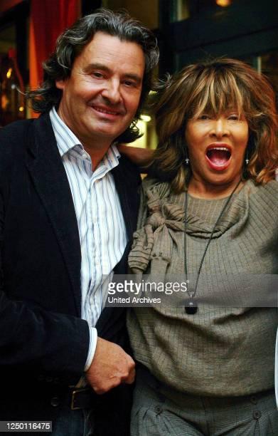"Tina Turner - Weltstar Tina Turner mit ihrem Ehemann Erwin Bach beim Nobel-Italiener ""La Vita"" in Köln."
