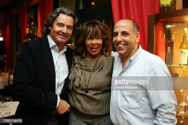 """Tina Turner - Weltstar Tina Turner mit ihrem Ehemann Erwin Bach beim Nobel-Italiener """"La Vita"""" und Gastgeber Salvatore Luca in Köln."""
