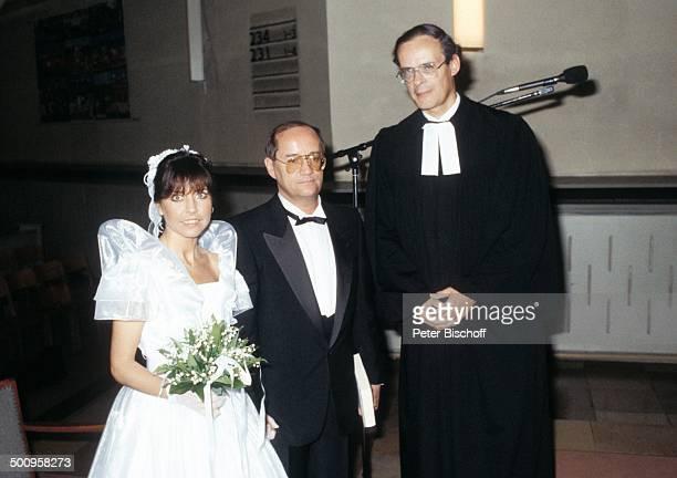Tina York Ehemann Michael Kudritzky Pfarrer Martin Reuer Hochzeit Berlin Deutschland Europa in der Kirche Hochzeitskleid Smoking Talar Blumenstrauss...