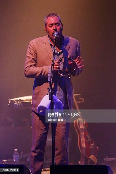 Tindersticks die britische Band mit Saenger Stuart A Staples bei einem Konzert auf Kampnagel in Hamburg