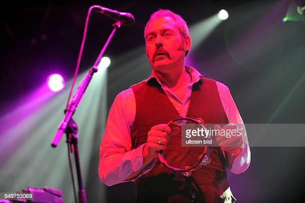 Tindersticks die britische Rockband mit Saenger Stuart A Staples bei einem Konzert beim RollingStoneWeekenender am WeissenhaeuserStrand und