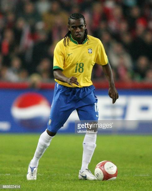 Tinga Fußballspieler Nationalmannschaft Brasilien in Aktion am Ball