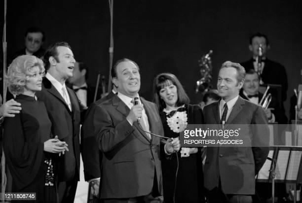 Tino Rossi Colette Deréal Georges Guétary AnneMarie Peysson et Guy Lux lors de l'émission de télévision 'Le Palmarès des chansons' à Paris le 30...