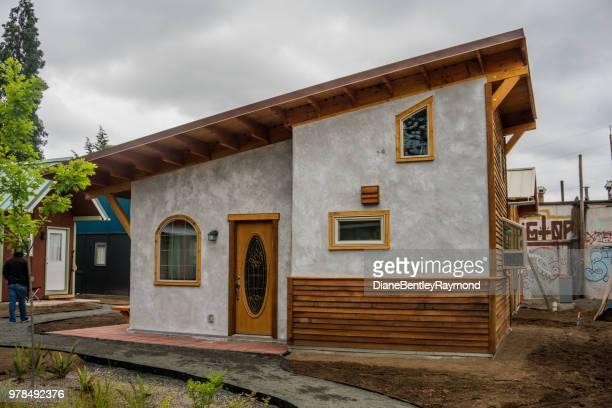 小さな家経過村 - ユージーン ストックフォトと画像