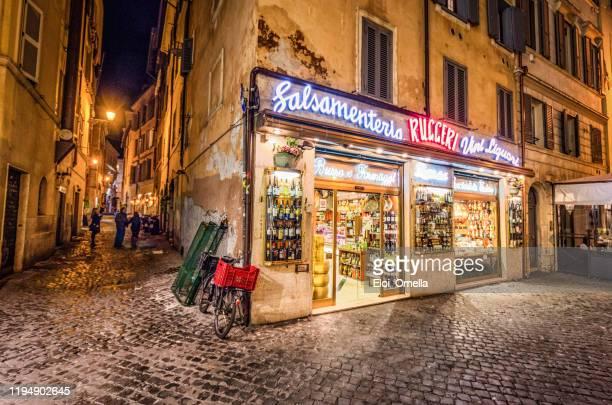 tienda de alimentos en las calles de roma por la noche, italia - roma fotografías e imágenes de stock