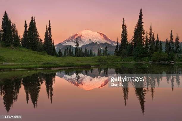 tipsoo lake sunrise - mt rainier stock pictures, royalty-free photos & images