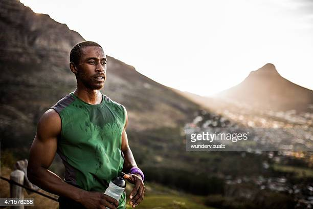 Cansado atleta afroamericano seria mirando positiva después de