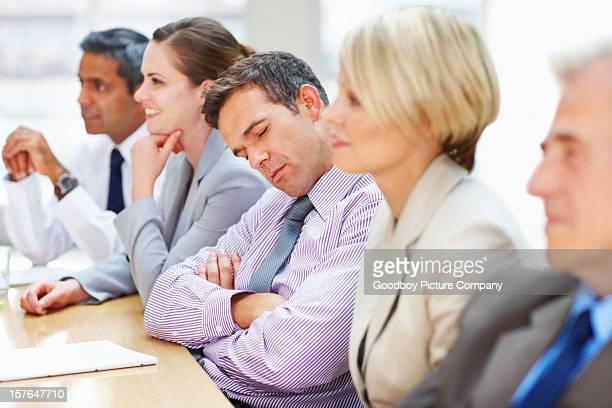 fatigué executive falls asleep lors d'une réunion d'affaires - dormir humour photos et images de collection