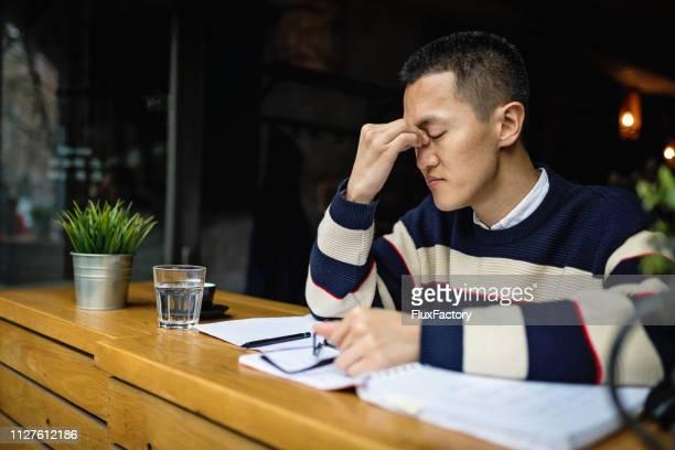 カフェで休憩を取って疲れてフリーランサー - 疲れている ストックフォトと画像