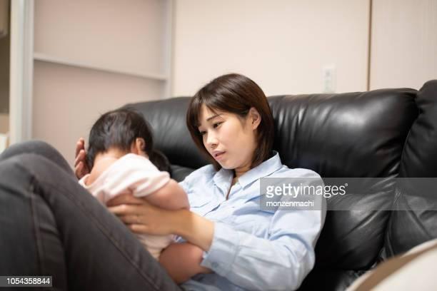 赤ちゃんの世話に疲れて主婦 - 疲れている ストックフォトと画像