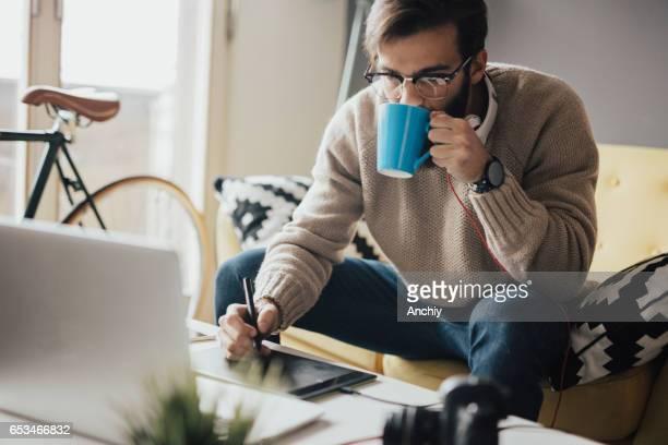 Toma hombre cansado otro café porque trabajará hasta altas horas