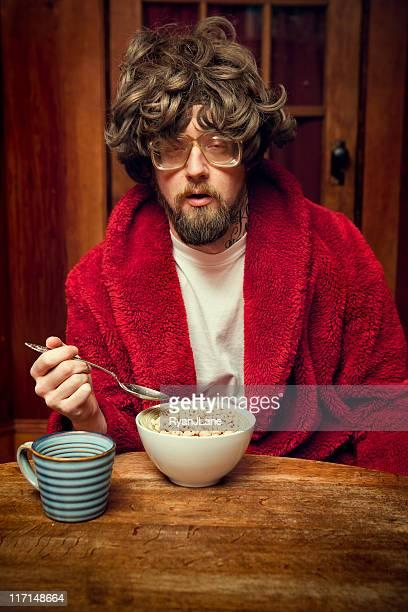 Müde Nerd Mann Essen Zerealien und Kaffee