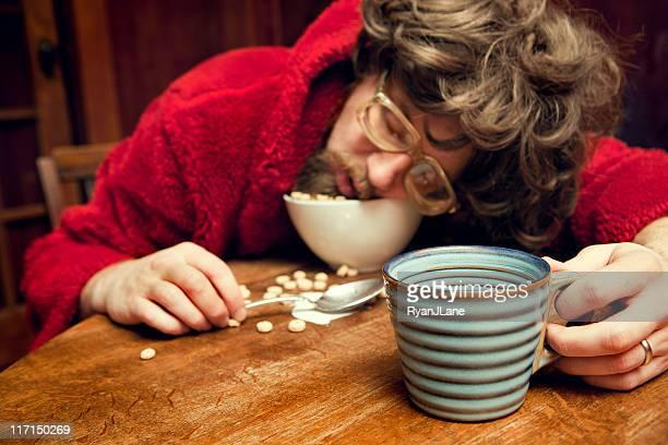 nerd cansado hombre durmiendo de cereales con café - hombre feo fotografías e imágenes de stock