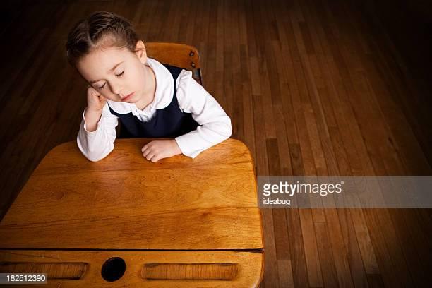 疲労や少女の寝室で退屈学生の学校のデスク