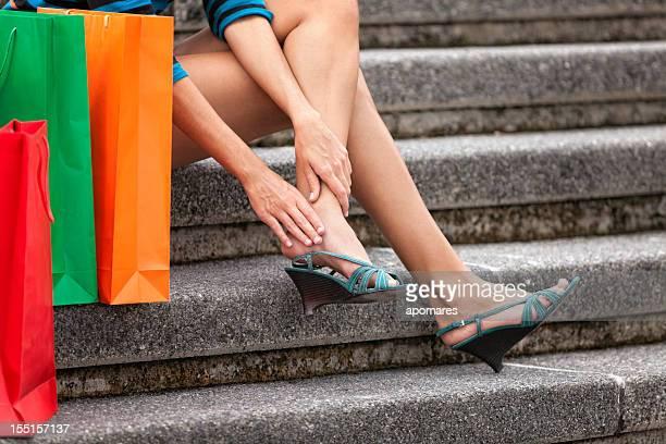 ¿Cansado de joven mujer descansando y ajuste los dedos de los pies