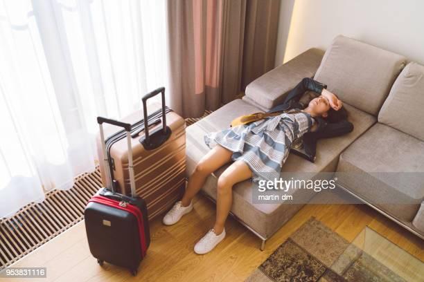 donna turista stanca che riposa nella camera d'albergo - arrivo foto e immagini stock
