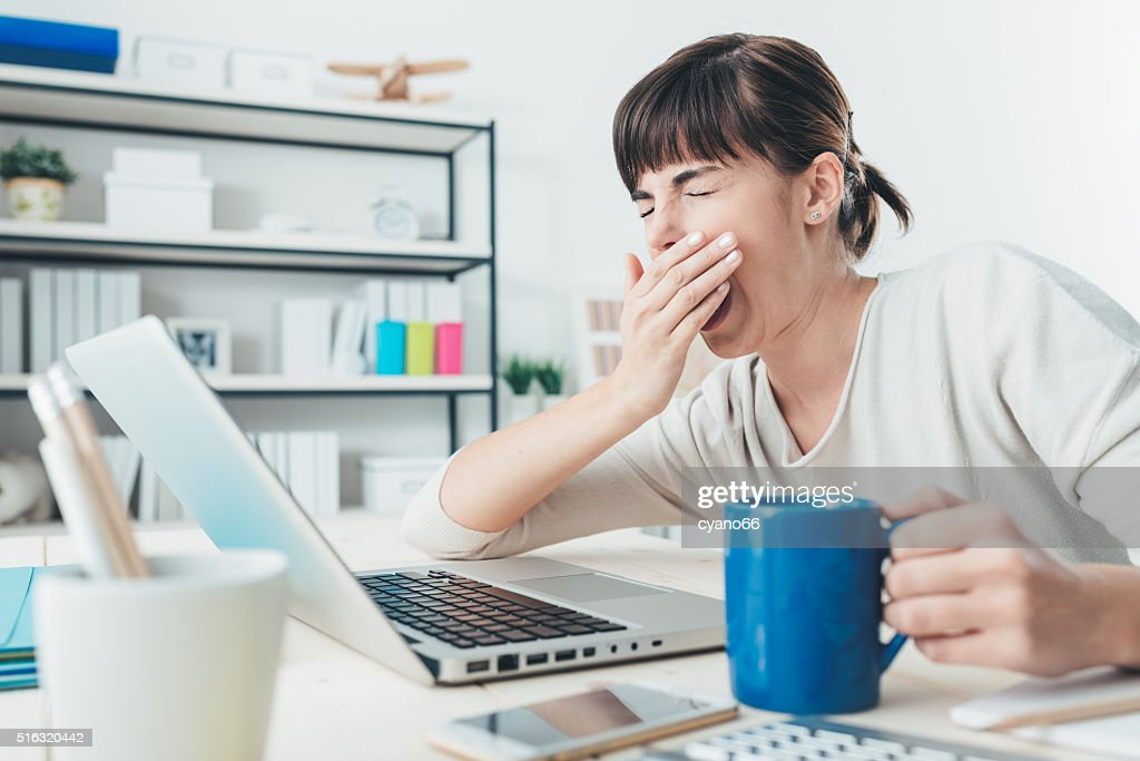 Tired woman at office desk : Stockfoto