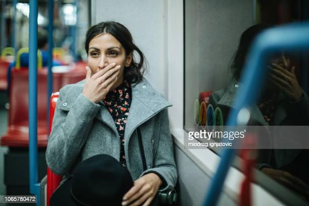 femme fatiguée en transport en commun - femmes d'âge moyen photos et images de collection