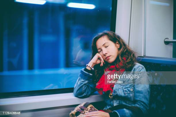 tired woman sleeping in train - femmes d'âge moyen photos et images de collection