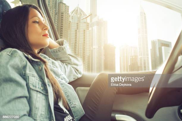 Müde Frau wartet im Auto