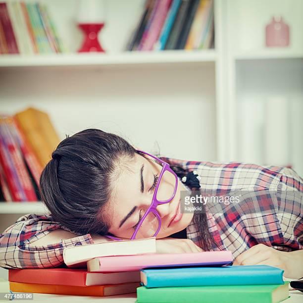 Fatigué de jeune fille séduisante étudiante