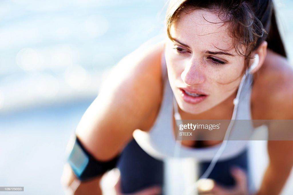 Caucasiana Jovem mulher cansada, após uma corrida leve : Foto de stock