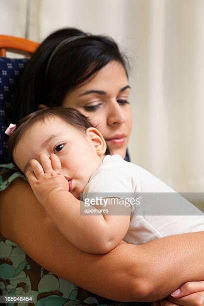 cansado jovem mãe seu bebê dormindo garota chupando dedo - chupando dedo - fotografias e filmes do acervo