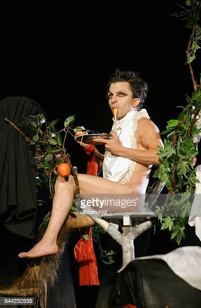 Purgatorium Autor George Tabori Regie Buehne Kostueme Andrzej Woron Premiere 24 Mai 2004Darst David BennentOrt Berliner Ensemble / Probebuehne