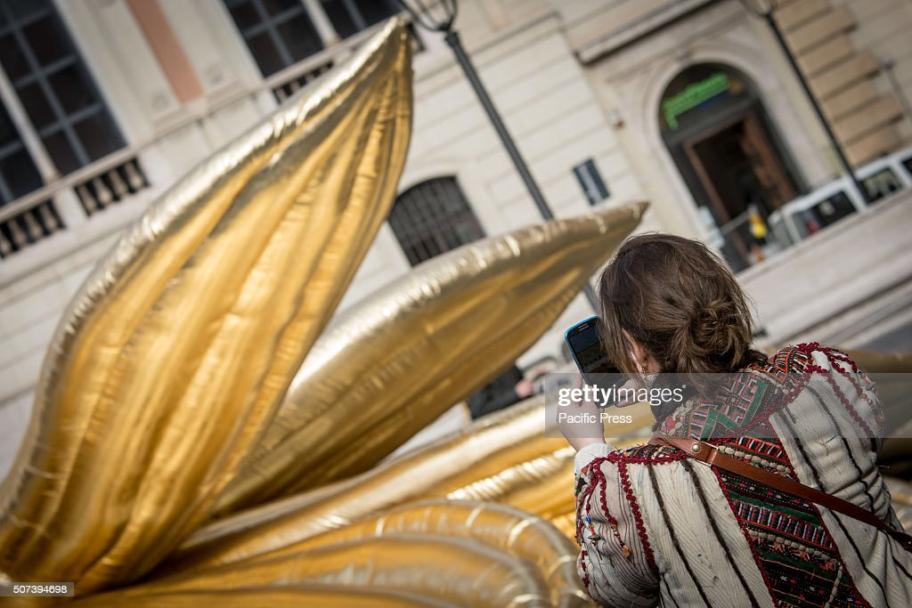 Titled Golden Lotus, the installation of gold of ten meters... : Foto jornalística