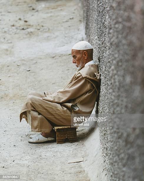 Alter Mann meditiert auf Holzsitzbank Aufgenommen Juli 2000