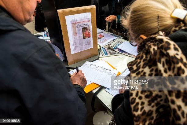 Témoignage de soutien des habitants et signature d'une pétition lors de la marche blanche en hommage à AnneLaure Moreno victime d'un chauffard le 3...