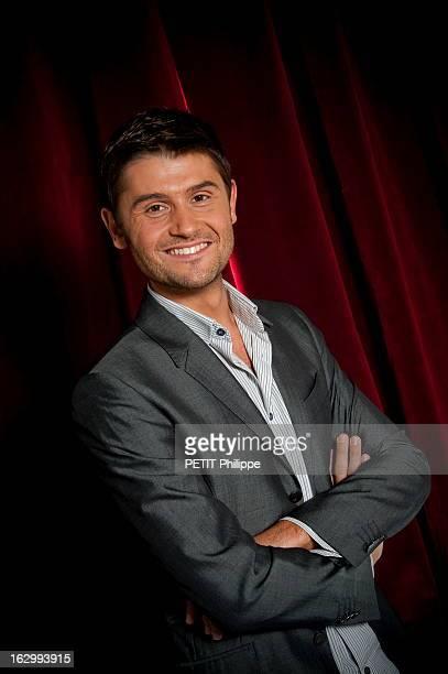 Tnt Star Presenters. Les présentateurs 'stars' de la TNT : attitude souriante de Christophe BEAUGRAND les bras croisés.