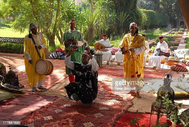 Tänzer und einheimische Musiker Villa Bled Targui Marrakesch Marokko Nordafrika Afrika orientalisch Musikinstrumente Instrumente tanzen Reise