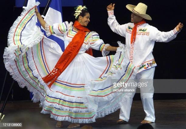 """Tänzer und Tänzerinnen der nicaraguanischen Gruppe """"Ballet Tepenahuati"""" eröffnen am auf der Plaza-Bühne des Weltausstellungsgeländes in Hannover das..."""